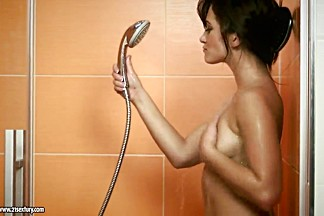 Short haired bombshell Tess Lyndon rubbing her pussy in the shower