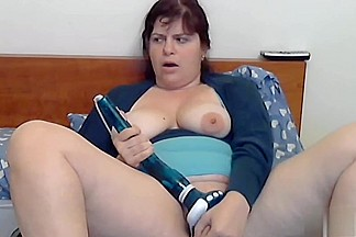 Amateur chubby vid shows me drilling my cunt with toy